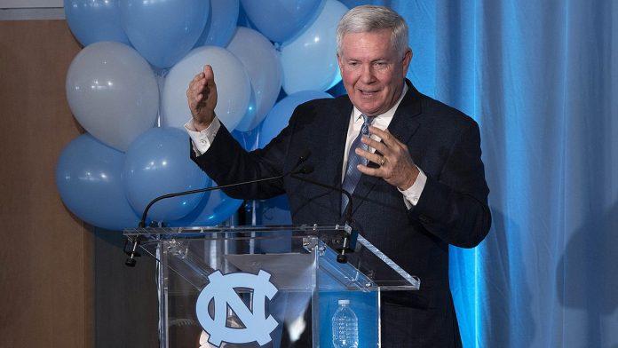 Gleich viel CEO wie Coach: Mack Brown von UNC - Bild: Wikipedia